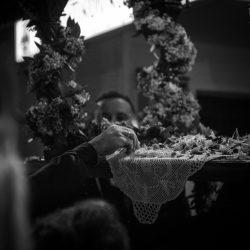 Να πάρεις και λίγα λουλούδια από τον επιτάφιο για το καλό